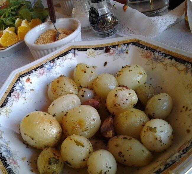 mini cebola assada na churrasqueira