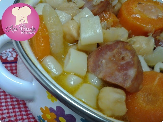 sopa de grão de bico com calabresa