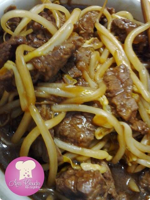 tiras de carne com broto de feijão, shoyu e saquê