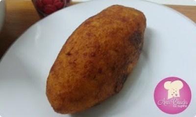bolinho de batata recheado de bacalhau, frito