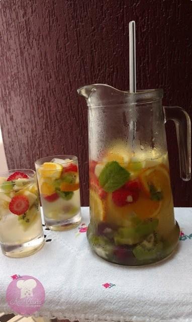 bebida a base de frutas, vinho branco e refrigerante