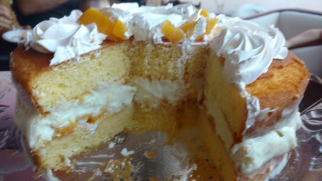 bolo de aniversário de pêssego em calda