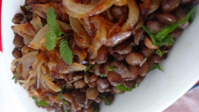 salada refrescante de lentilha com cebola caramelizada