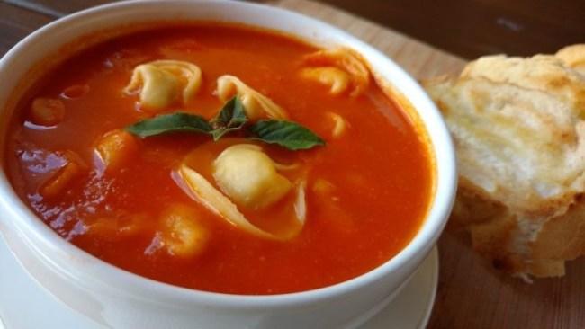 sopa de tomate com capeletti