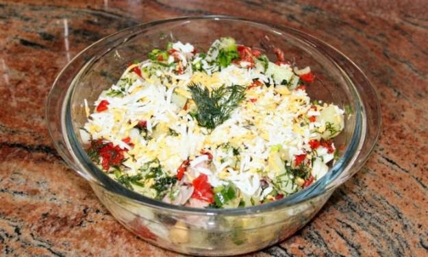 Бърза и лесна картофена салата с яйца, шунка и чушки