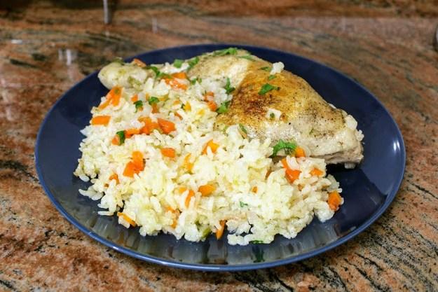Най-вкусният ориз с крехки пилешки бутчета