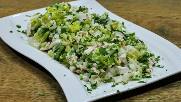 Зелена, лятна салата с пиле и сос Цезар, прекрасна за вечерната ракийка