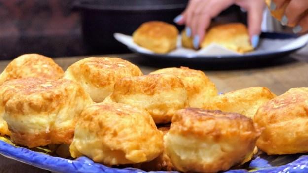Топла закуска само с 3 продукта. Вкусна и мързелива рецепта, без месене