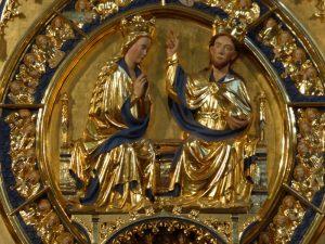 Die Marienkrönung bildet den Mittelpunkt der Goldenen Tafel.
