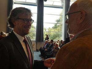 Bürgermeister Michael Jäcke (l.) überreichte die Ehrenamtskarte NRW Karl-Rainer Spickenbom für dessen großes ehrenamtliches Engagement im Dombau-Verein Minden. Foto: DVM