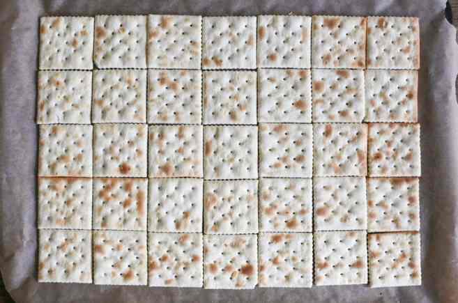 Fully-Loaded-Toffee-Saltines-step-1