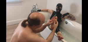 EHAkZFuX0AM5sSr 300x145 - Bath time worship in Latex