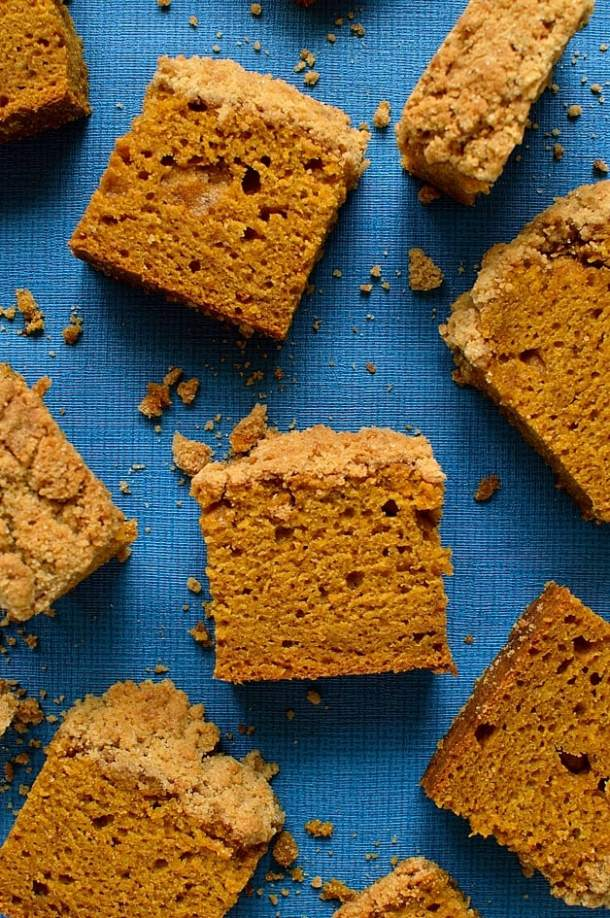 Crumble topped pumpkin spice cake - super moist, soft, spiced pumpkin cake with a crunchy crumble topping; easy to make and so delicious!