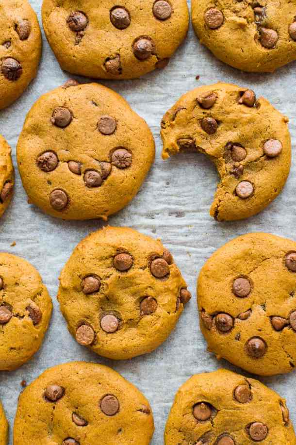 Vegan pumpkin chocolate chip cookies - easy, chewy cookies that are full of pumpkin spice flavour and totally vegan too!