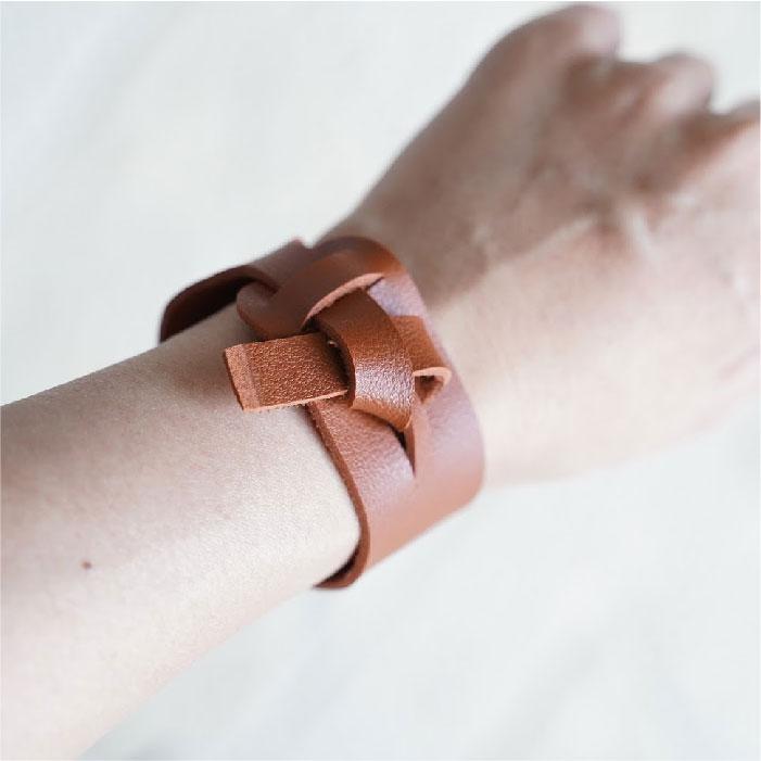 Self tying bracelet