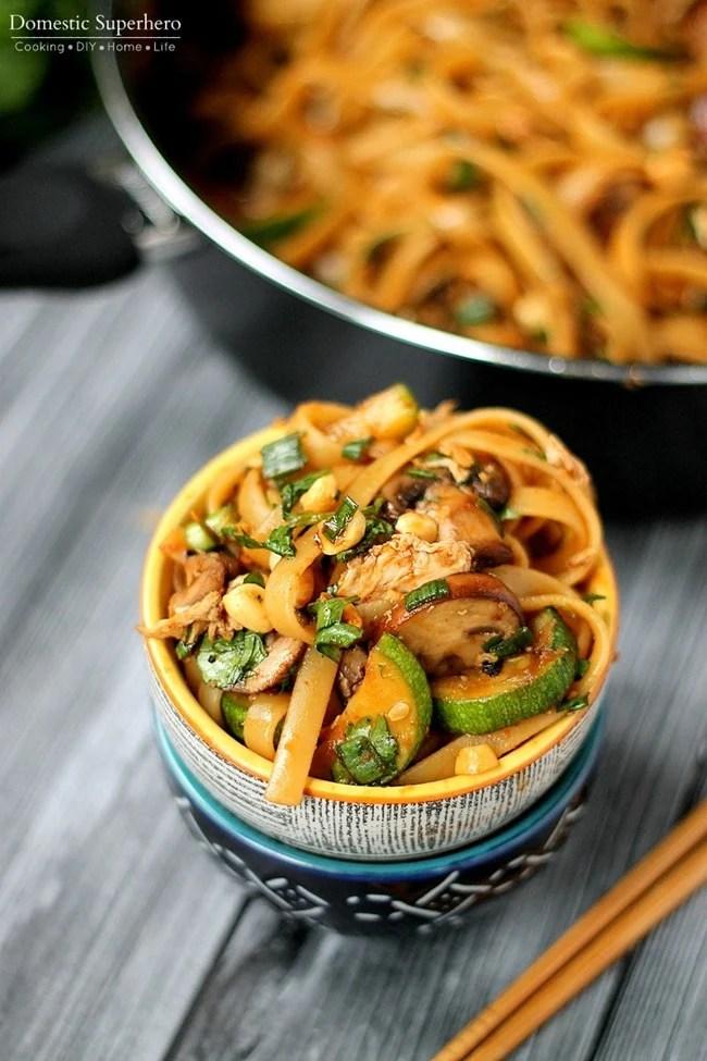 Uno Pot picantes fideos tailandeses - estos son tan buenos y tan fácil de cocinar. receta vegetariana, pero las opciones de proteína añadida también!