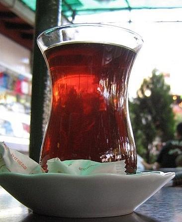 Turecka herbata w charakterystycznej szklance