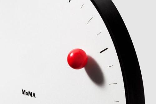 Nowoczesny zegar ścienny zaprojektowany dla MoMA