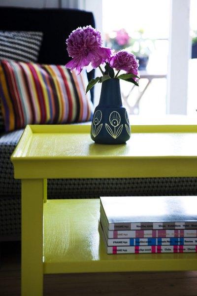 żółty stolik w pokoju dziennym
