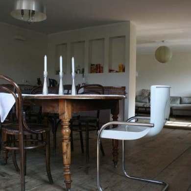 kuchnia, różne krzesła do kuchnni