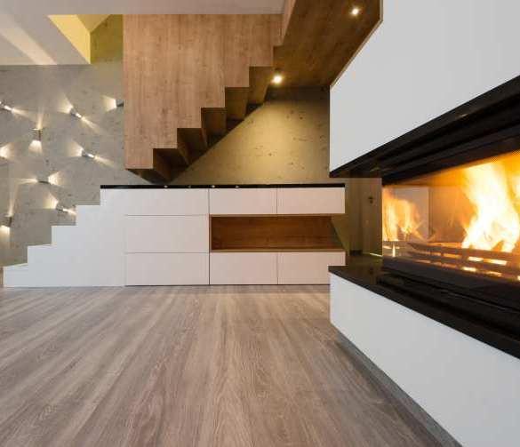 salon, kominek, schody na piętro, ściana z betonu