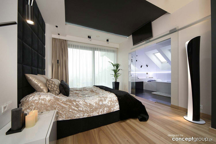 sypialnia z łazienką oddzielona szklaną ścianą