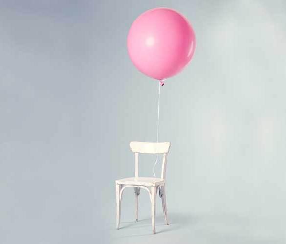krzesło z przywiązanym różowym balonikiem