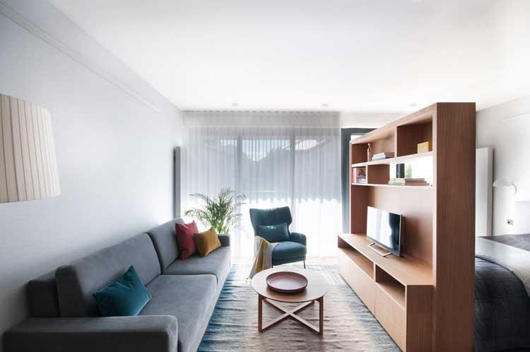 strefa wypoczynku z sofą i fotelem