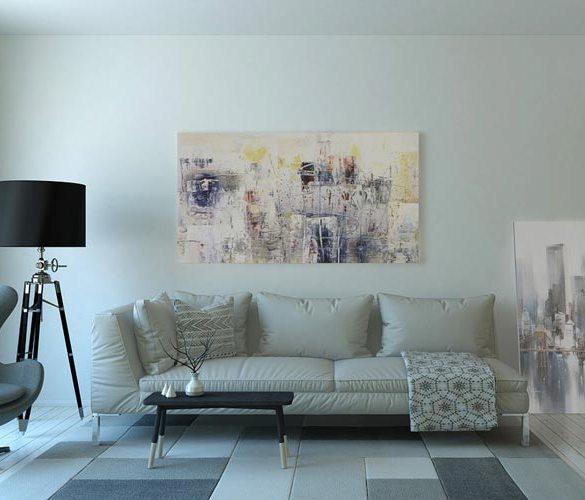 szara sofa, dywan i lampa podłogowa w pokoju dziennym