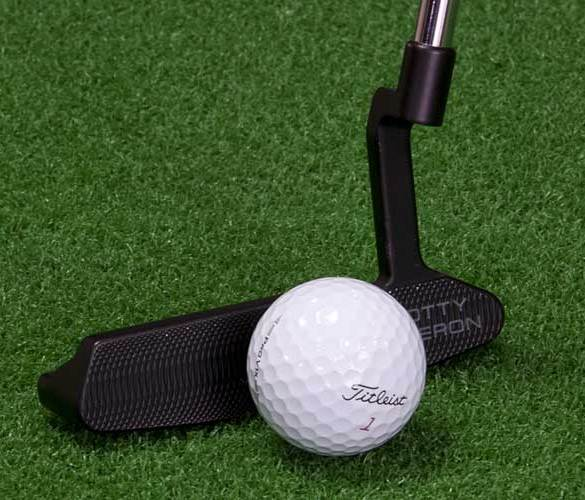 sztuczna trawa na polu golfowym