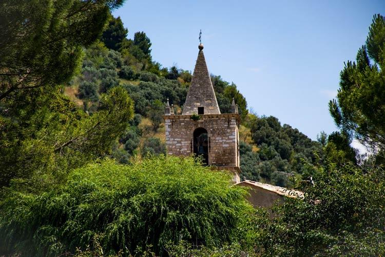 wieża małego kościoła w prowansji