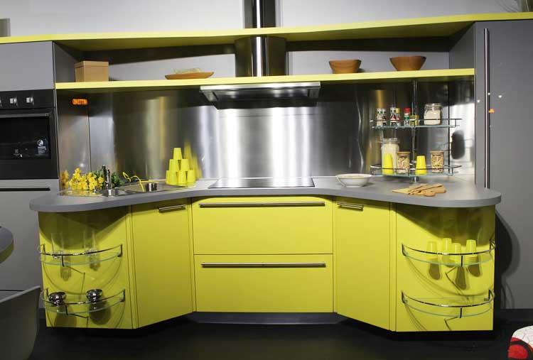 Nowoczesne meble kuchenna z frontami w kolorze limonki i stalą szczotkowaną