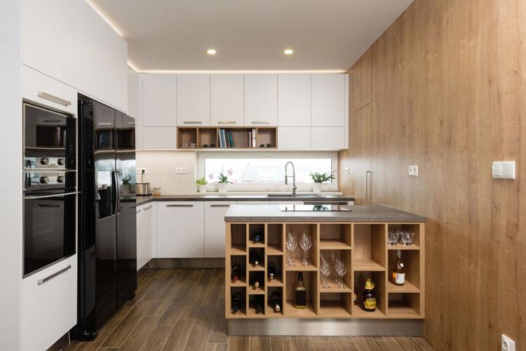 Nowoczesna kuchnia z białymi meblami, półkami na wino i czarną lodówką side by side
