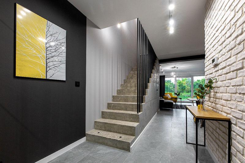 Apartament w stylu loft - betonowe schody
