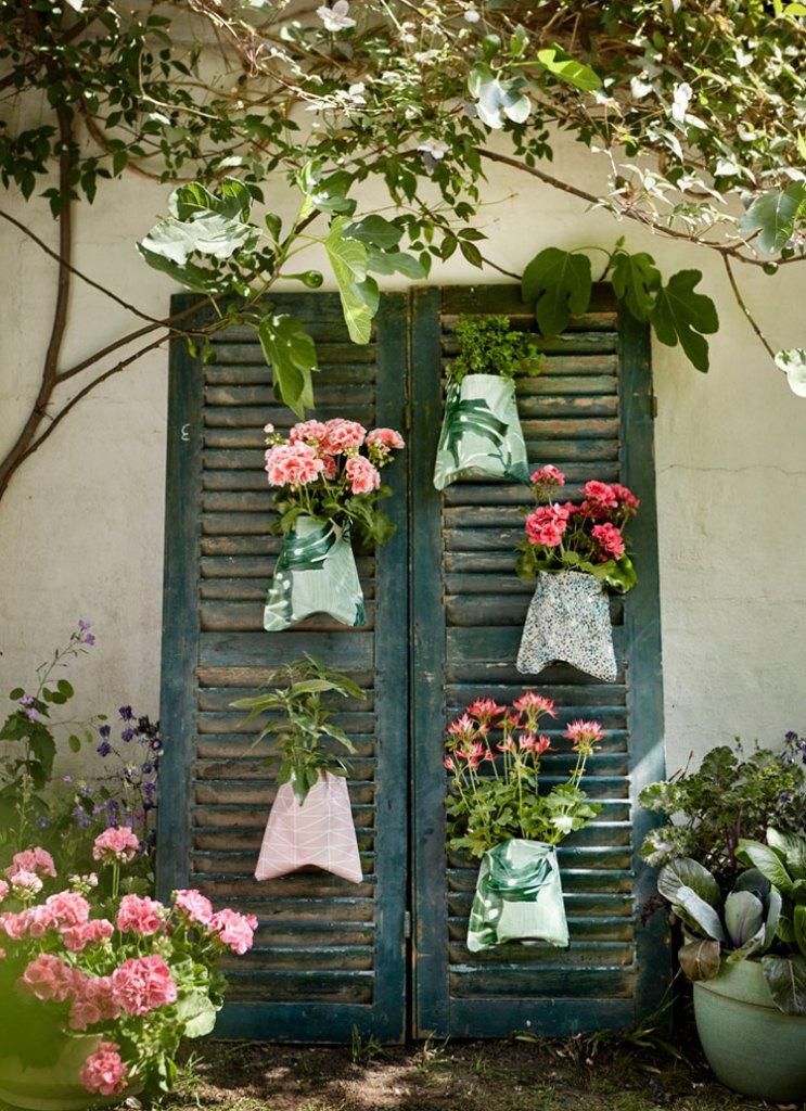dekoracje z pelargonii. Stara okiennica przerobiona na wertykalny ogród