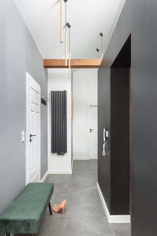 Czarno białe mieszkanie ze skosami