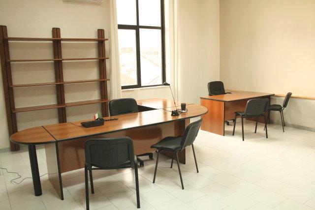 Napoli affitto ufficio arredato 3/4 postazioni, sale riunioni, posti auto € 430 mensili
