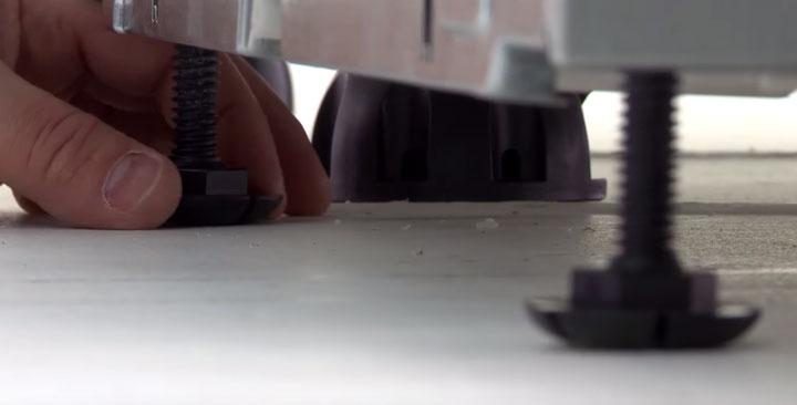 регулировка высоты установки посудомойки