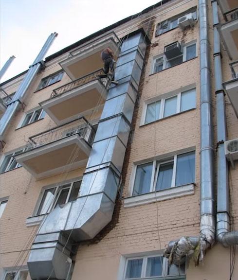 Szellőztetés kimenete a homlokzaton az épület tetőjéhez