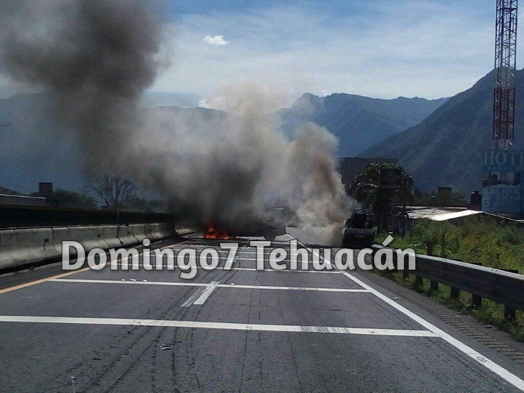 POBLADORES CIERRAN CARRETERA A CD. MENDOZA Y QUEMAN PATRULLA