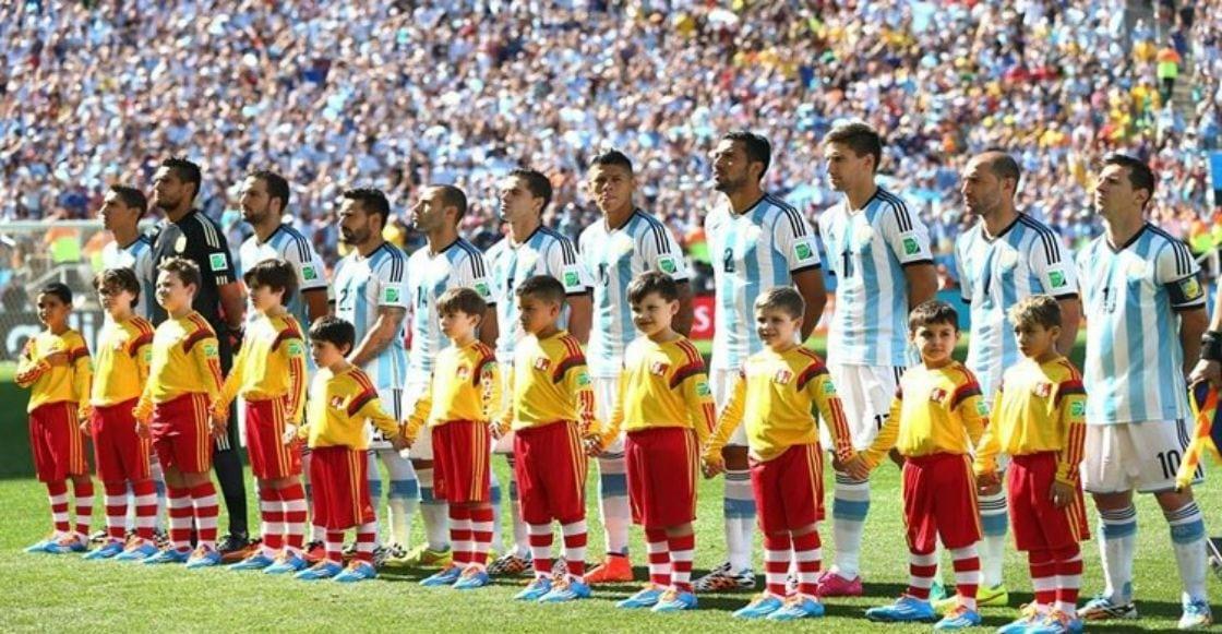 ¿Por qué los jugadores de fútbol salen a la cancha con niños?