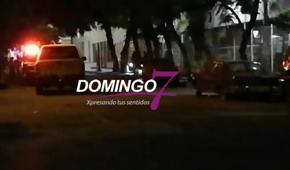 ENCUENTRAN A MUJER APUÑALADA AFUERA DEL CENTRO ESCOLAR