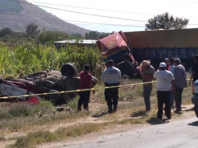 CHOQUE ENTRE TRÁILER TAXI COLECTIVO DEJA UN SALDO DE 5 MUERTOS EN OAXACA
