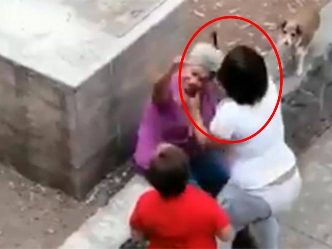 VÍDEO: POR DEFENDER A SU MASCOTA, UNA ABUELITA RECIBE GOLPES DE UNA MUJER