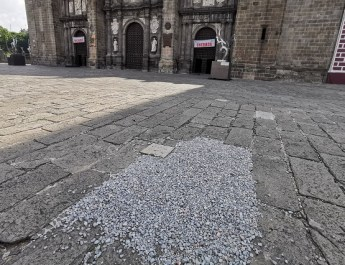 LOS DAÑOS QUE ORIGINÓ LA CAPILLA SIXTINA EN CATEDRAL DE PUEBLA ES PARCHADA CON GRAVA