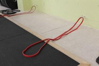 Die Bänder kannst du an Haken in der gegenüberliegenden Wand befestigen.