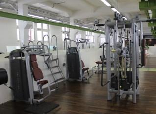 Verschieden Fitnessgeräte im HAW Studio