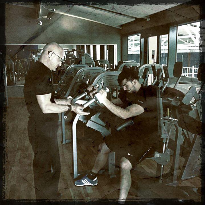 Stefan Morawietz hilft Kunden bei Training, Fitness, Maschinentraining