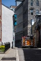 Un camion de pompier se faufile dans une des rues étroites du vieux Québec.