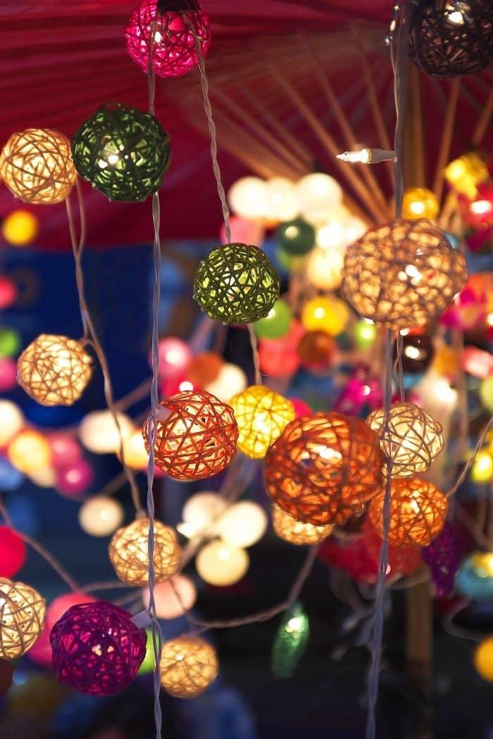 Жаңа жылдық үйдің интерьерін жақсартуға қабілетті стильді қолдан жасалған безендіру